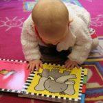 Enfant à la crèche lisant un livre en anglais