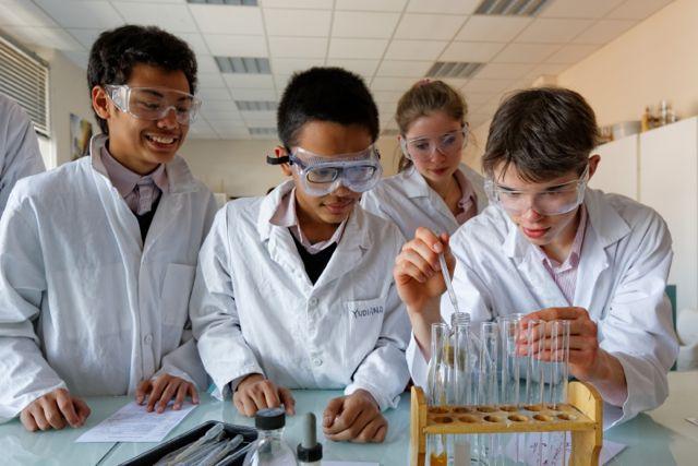 Cours de chimie au collège Victor Hugo