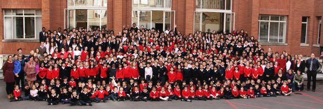 Photo de groupe à l'EIB The Victor Hugo School
