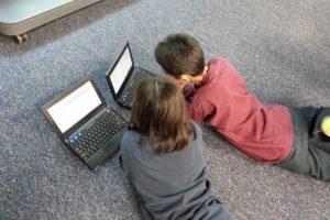 Jeunes face à leur ordinateur pour trouver un correspondant