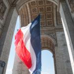 Drapeau français sous l'Arc de Triomphe