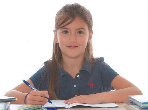 Un enfant fait ses devoirs