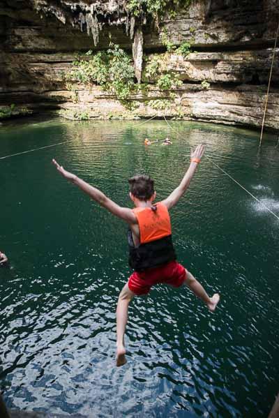Enfant sautant dans un lac lors d'une colonie de vacances aux Etats-Unis