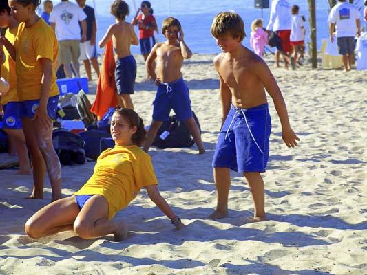 Jeunes sur la plage en colonie de vacances en Australie