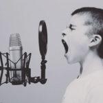 Enfant enregistrant une chanson