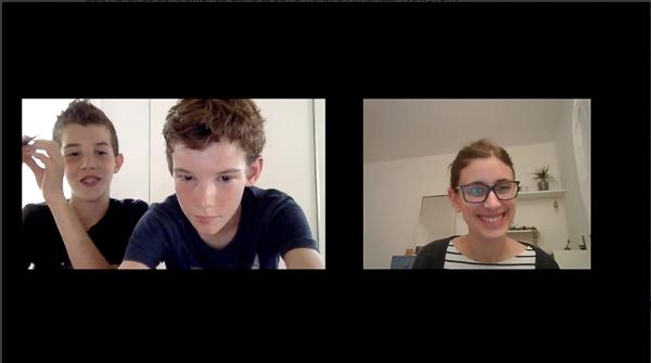 1 prof et 2 enfants discutent à travers Zoom