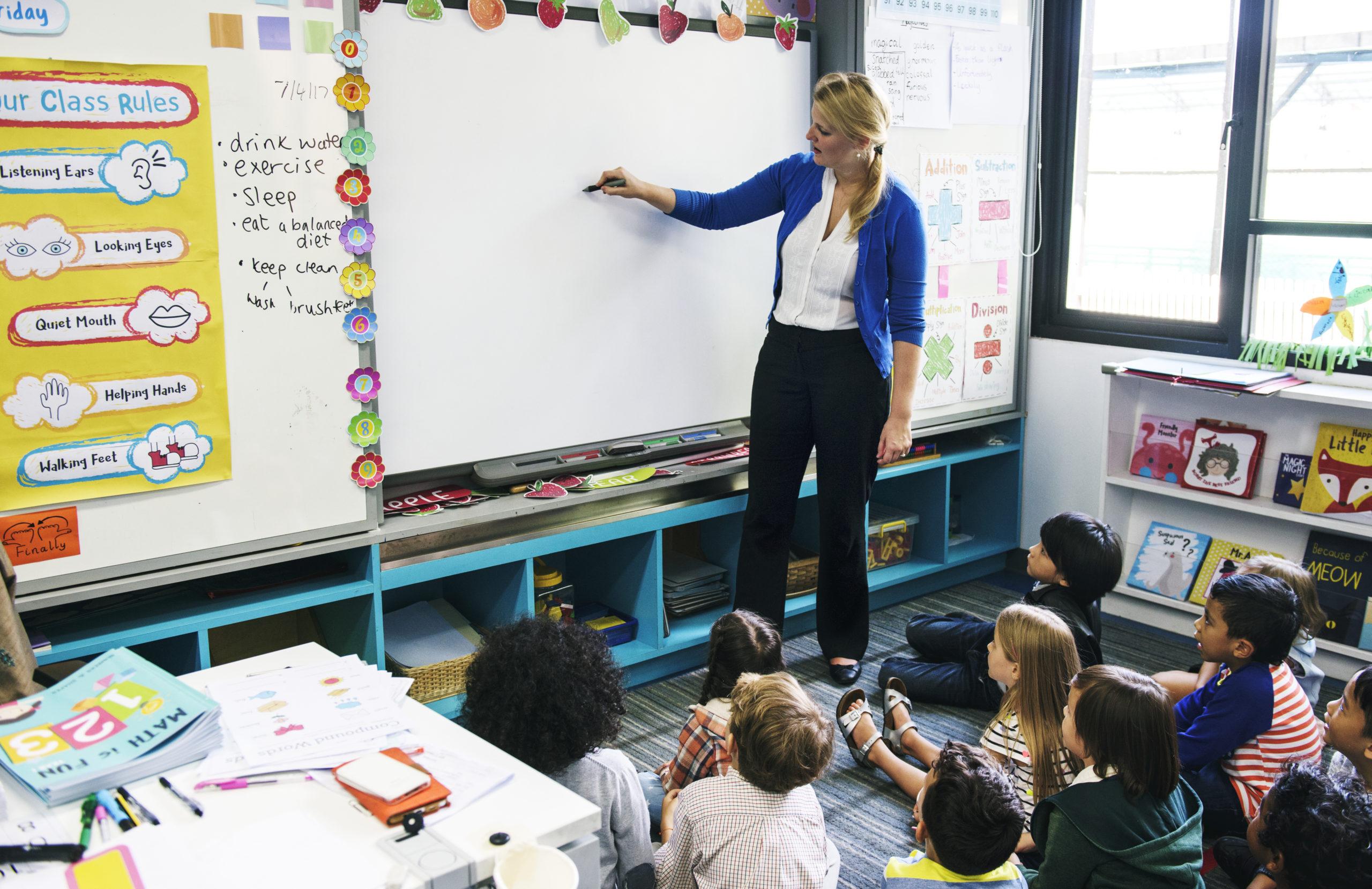 Enfants de primaire en classe d'école bilingue