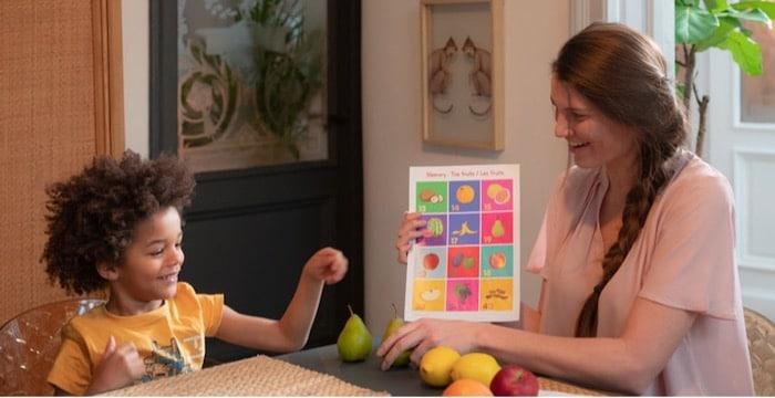 Une jeune prof donne un cours particulier en anglais à un enfant