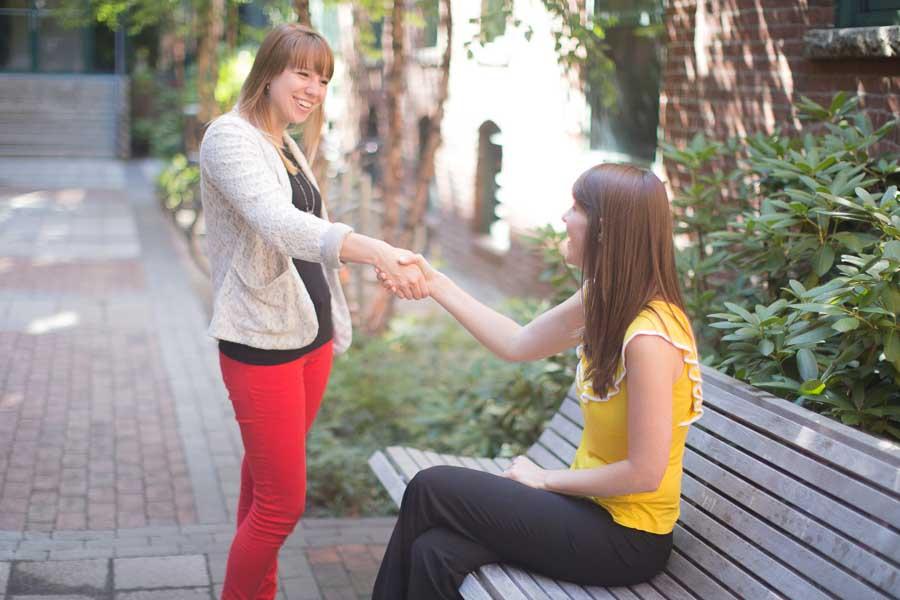2 jeunes se rencontrent lors d'un échange linguistique