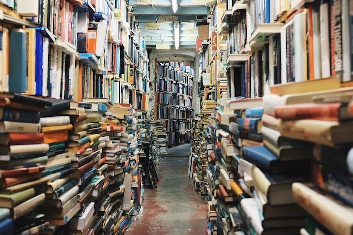 Une librairie regorge de livres en langues étrangères