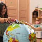 Un enfant joue avec sa nounou bilingue