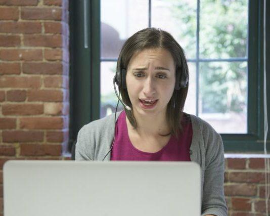 Jeune fille devant son écran pour un cours d'anglais par skype