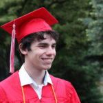 Etudiant en habit de cérémonie pour la graduation du lycée aux USA
