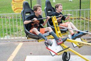 Enfants en plein fou rire sur une attraction