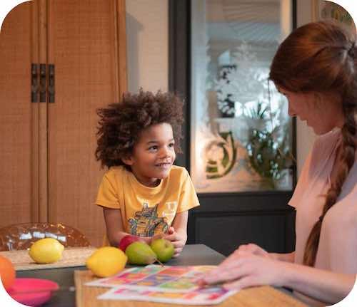 Une nounou bilingue apprend l'anglais à l'enfant qu'elle garde