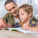 Un papa travaille avec son enfant sur le programme du Cours Legendre à distance