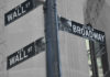Panneaux direction Wall Street et Broadway