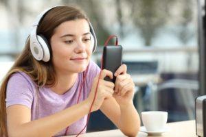Jeune fille faisant une leçon de français sur une app online