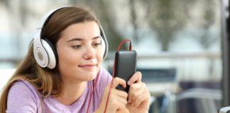 Jeune fille faisant un cours de français online