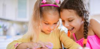 2 enfants jouent à un jeu en anglais sur une tablette