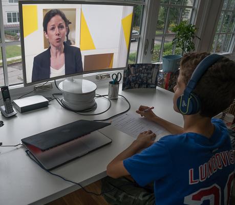 Un garçon regarde une vidéo de cours de français d'un professeur des Cours Griffon