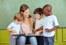 Une maîtresse et ses élèves dans une école bilingue