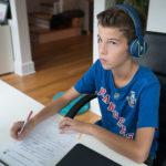 Un enfant travaille sur un cours Griffon pour suivre le programme de l'éducation nationale à distance