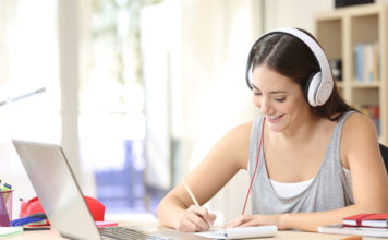 Une lycéenne prépare un test de Cambridge avec une visio-ceonference Hattemer Academy