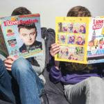 "2 enfants lisent les magazines Bayard pour apprendre l'anglais ""I Love English"""