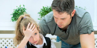 Un père faisant des exercices avec sa fille