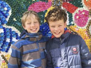 2 garçons de 10 ans contens de leur échange linguistique