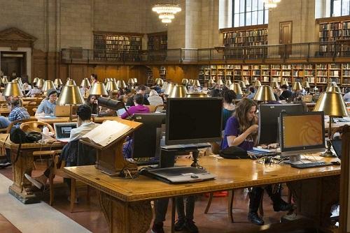 Des étudiants travaillent dans la bibliothèque d'une université américaine