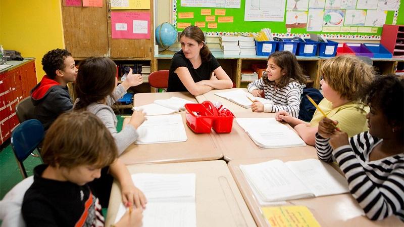 Des enfants suivent une classe de français langue maternelle à l'EFNY