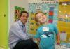 Un enfant et son père à l'école maternelle américaine