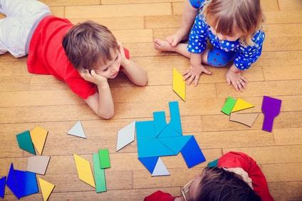 Garde Montessori : des enfants s'éveillent avec un jeu intelligent