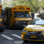 Bus scolaire à New York devant une école américaine