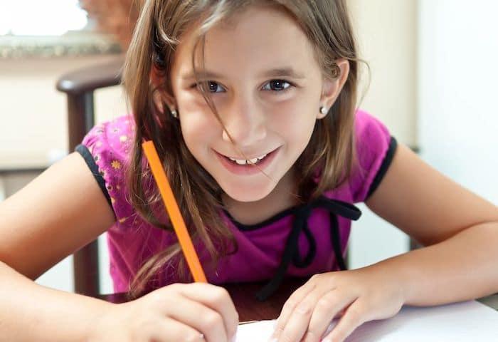 Une fille suit un cours Griffon en primaire