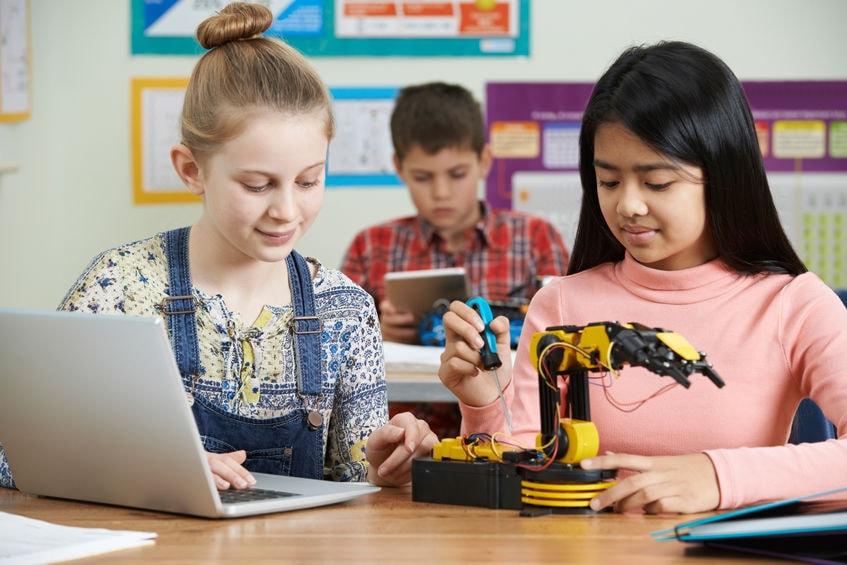 3 élèves au collège aux USA travaillent sur un projet de robotique