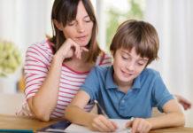 Une maman travaille les cours de français avec son fils