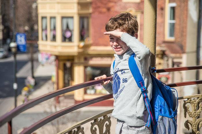 Enfant regardant au loin le jour de la rentrée scolaire
