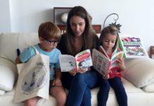 Une famille lit des livres de Sakili Livres Choisis