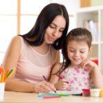 Une baby-sitter apprend l'anglais à un enfant