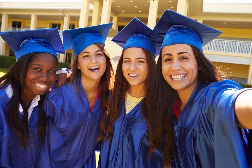 Ecole américaine : des lycéennes fêtent leur high school graduation