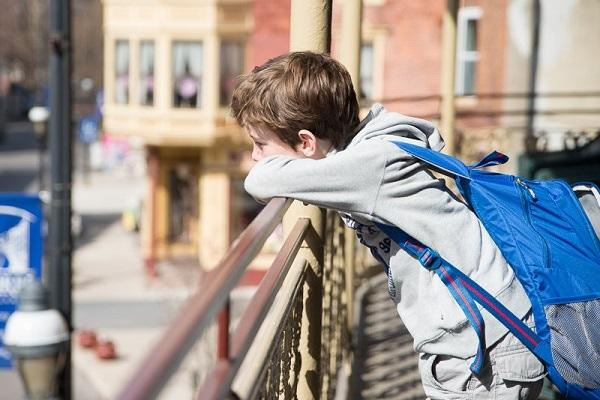 Elève au lycée américain accoudé au balcon