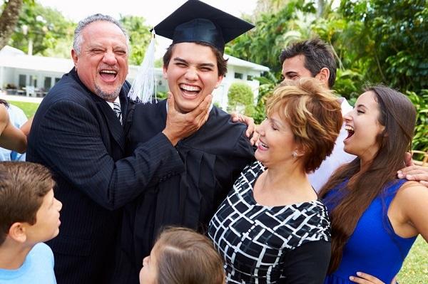 Une famille fête la graduation de leur fils au lycée américain