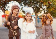 3 enfants parlant plusieurs langues à la fête de leur école