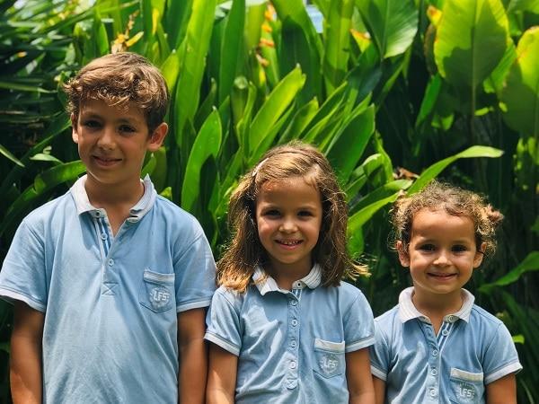 3 enfants expatriés multilingues