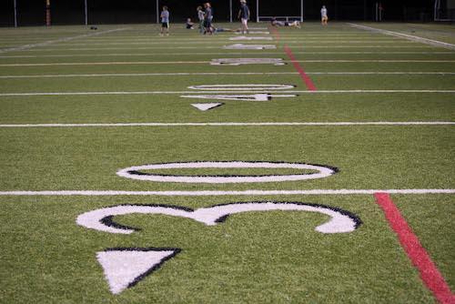 Scores TOEIC illustrés par les objectifs à atteindre sur un terrain de football américain