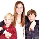 Une jeune fille Au Pair avec 2 enfants de sa famille d'accueil