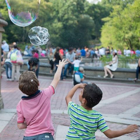 Une au pair garde 2 enfants en anglais au parc